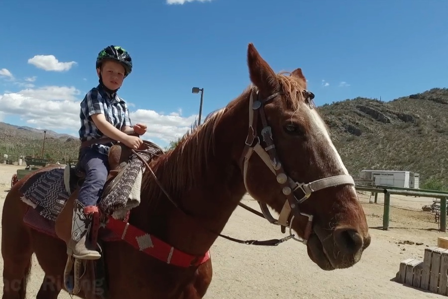 Noam-Horseback-Riding-Weltreise-Kinder-Reise-Blog-Wohnmobil-Kind